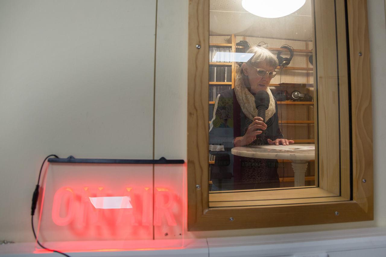 In der Radiowerkstatt gibt es eine professionelle Sprecherkabine. Christel Kreischer spricht dort ihren Moderationstext ein. (Foto: pst)