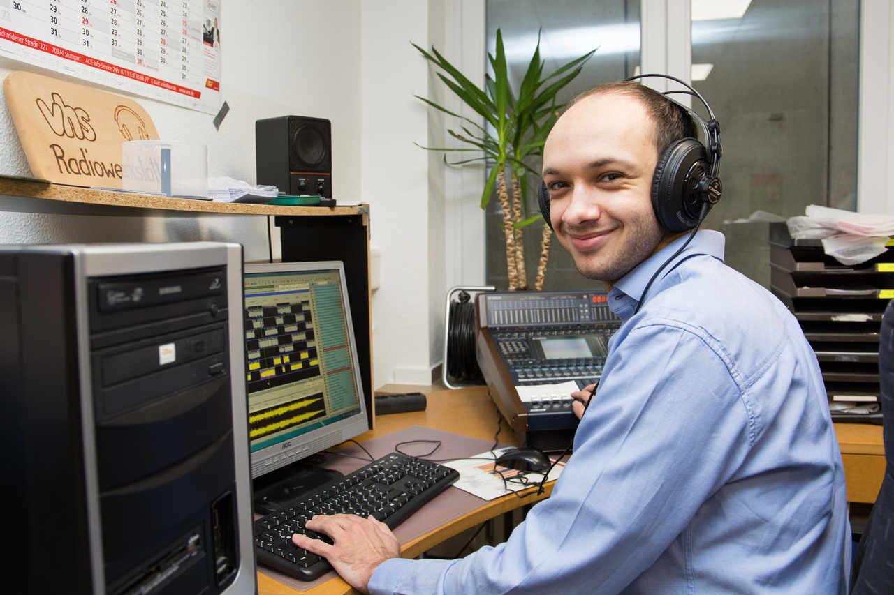 In den Räumlichkeiten des Bürgerfunks auf der Asberger Straße sind auch alle nötigen technischen Mittel, um die Sendungen zu schneiden – wie hier Lukas Hollenberg. (Foto: pst)